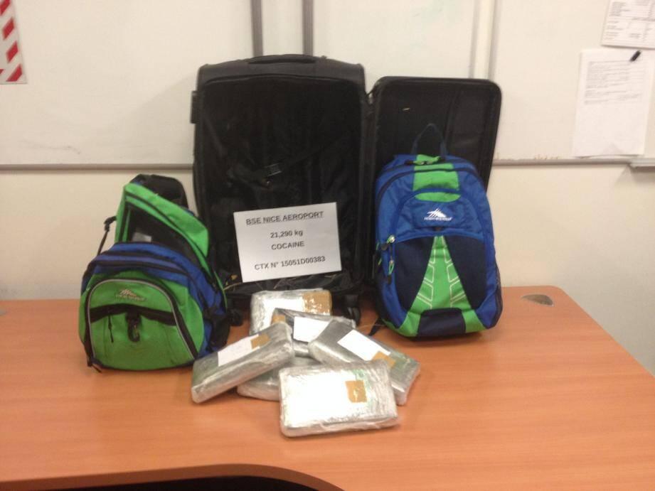 La valise d'un retraité varois de retour de Saint-Domingue contenait deux sacs dans lesquels plus de 21 kg de cocaïne ont été découverts. La deuxième saisie des douanes d'envergure à l'aéroport de Nice après la découverte de 4,8 kg de cocaïne dans des couches-culottes.(DR)