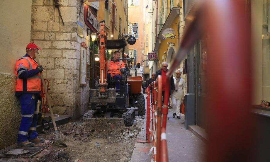 Les travaux ont commencé par la rue Droite qui retrouvera son revêtement d'origine en asphalte rouge.