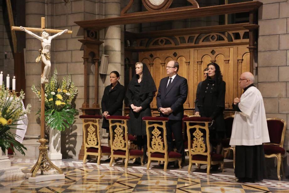 Au cœur de la cathédrale hier soir, le souverain son épouse et ses sœurs participaient à l'hommage rendu au prince Rainier III.