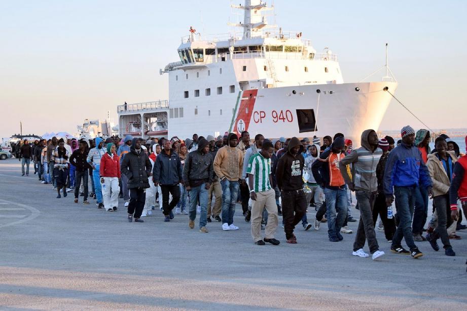 Illustration de migrants supplémentaires arrivés en Sicile ici à Augusta.