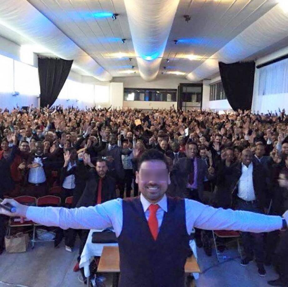 Réunion de présentation des produits Get Easy devant une foule enthousiaste de 2 000 personnes à Villejuif. Des réunions de ce type avaient lieu chaque semaine sur la Côte d'Azur. (DR)