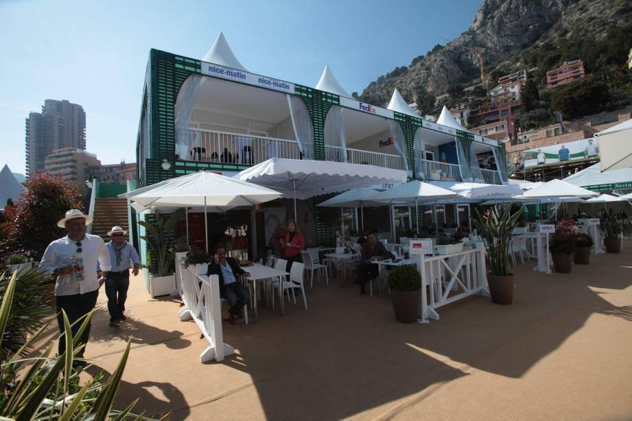 Le village VIP est le rendez-vous privilégié des entreprises locales (ici, en premier plan, le stand de Nice-Matin / Var-matin) qui aiment y convier leurs clients tout aussi privilégiés le temps d'un déjeuner préparé et servi par la maison Lenôtre.