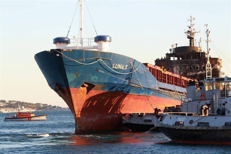 """Le """"cargo de la drogue"""" intercepté en Méditerranée avait été remorqué jusqu'à Toulon où l'équipage avait été remis à la PJ de Marseille."""