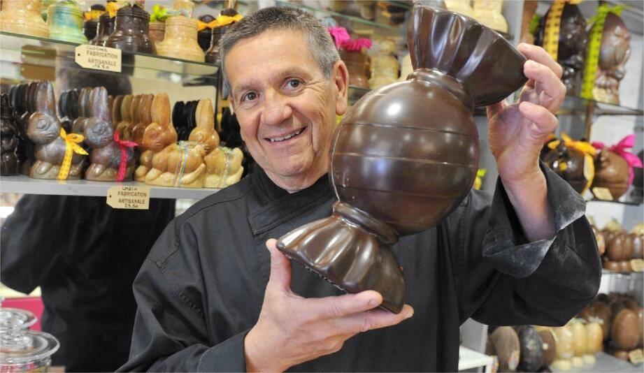Thierry Morin, artisan pâtissier, présente sa création en chocolat format XXL..