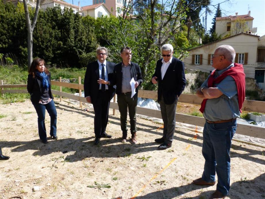 L'architecte Richard Noël a fait le point sur les travaux jeudi, entouré des maîtres parfumeurs Jacques Cavallier-Belletrud (à gauche) et François Demachy (à droite).