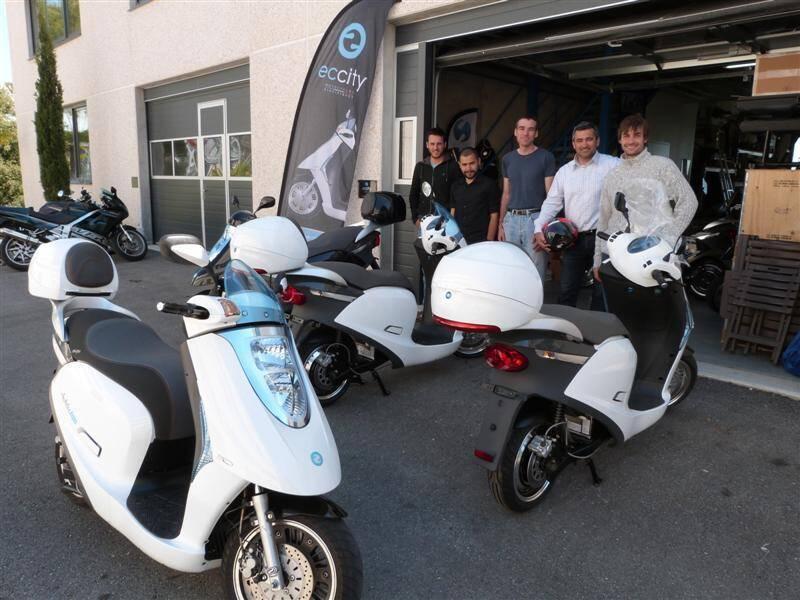 La jeune équipe d'Eccity, derrière ses scooters qu'elle assemble sur place au Bois de Grasse.