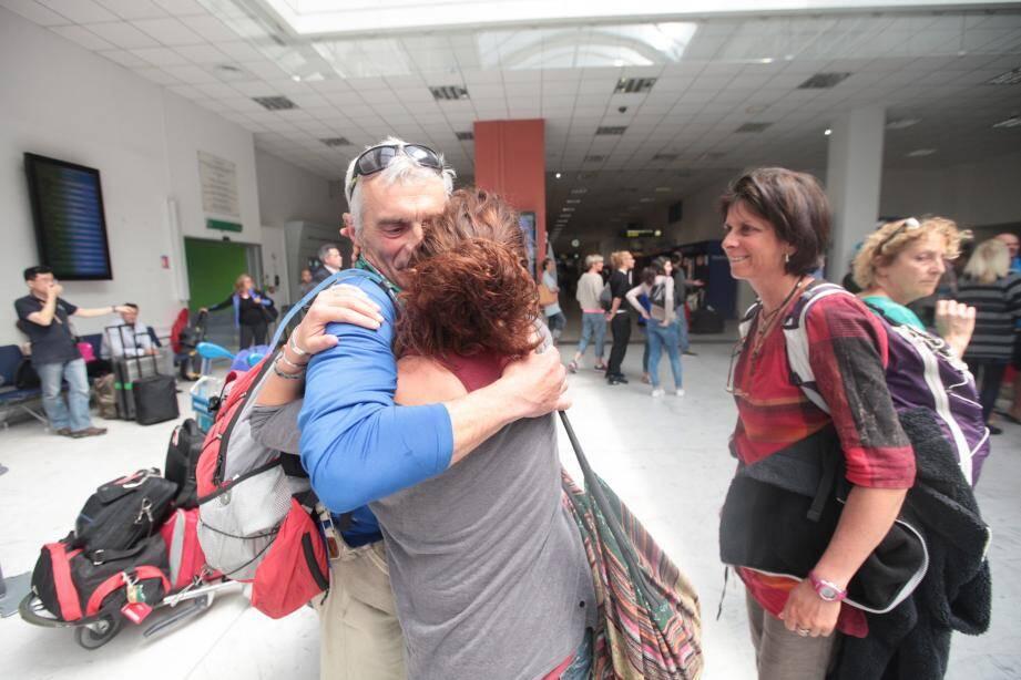 Jean-Loup et Cathy Koppe retrouvent leur fille Léa à l'aéroport de Nice.