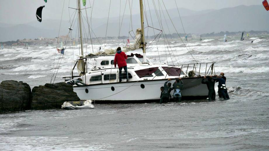 hyeres giens sauvetage catamaran par kitesurfeurs et veliplanchistes 150419
