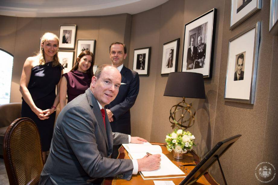 Le souverain a récemment inauguré cet espace accompagné par Coralie de Fontenay, directeur général Cartier France, Audrey Presburger, directrice de la boutique de Monaco et Stanislas de Quercize, président Cartier International.