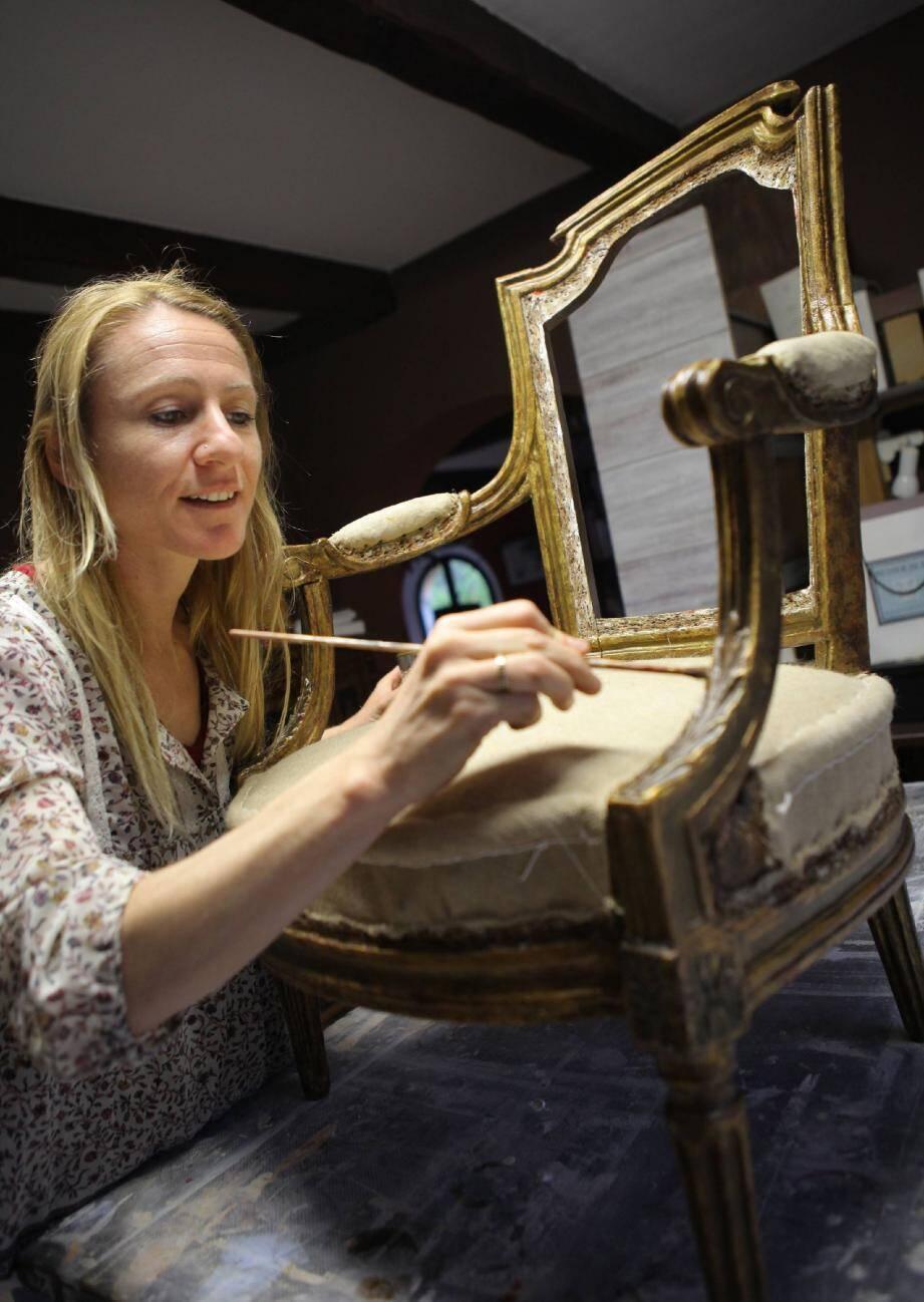 La jeune femme, très douée, aussi inventive que polyvalente, sait restaurer un meuble, restituer une fresque disparue…