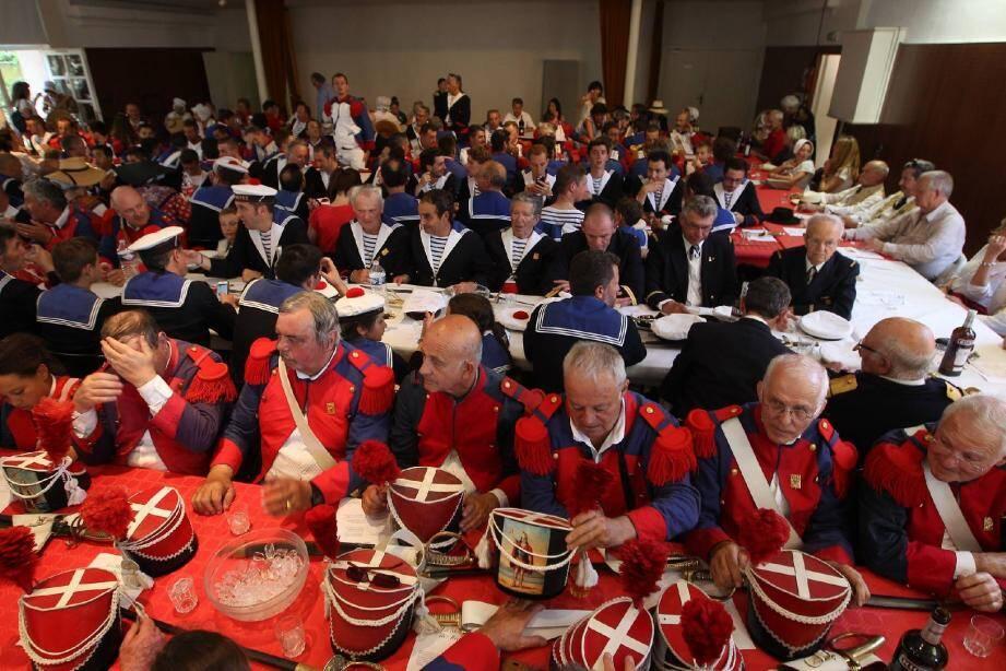 Salle Despas, Les bravadeurs ont notamment ovationné le capitaine de ville, Alain Grosso, mais aussi le nouveau tambour-major, Romuald Nanelli, le cépoun, Serge Astézan, le major Jean-Michel Pannacci et Monseigneur Hayes .