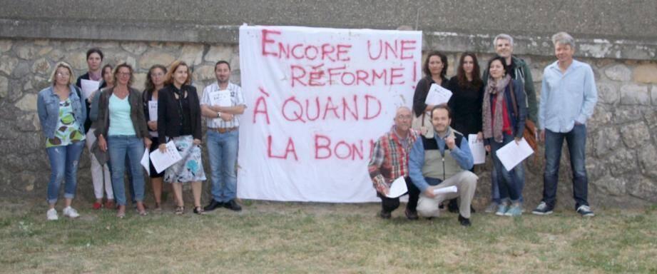Hier matin, les enseignants grévistes se sont réunis pour protester contre la réforme du collège.