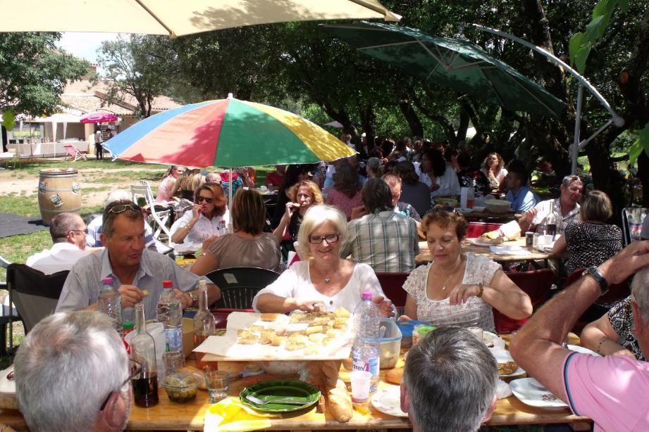 Plaisirs de la table autour de bons vins pour les participants.