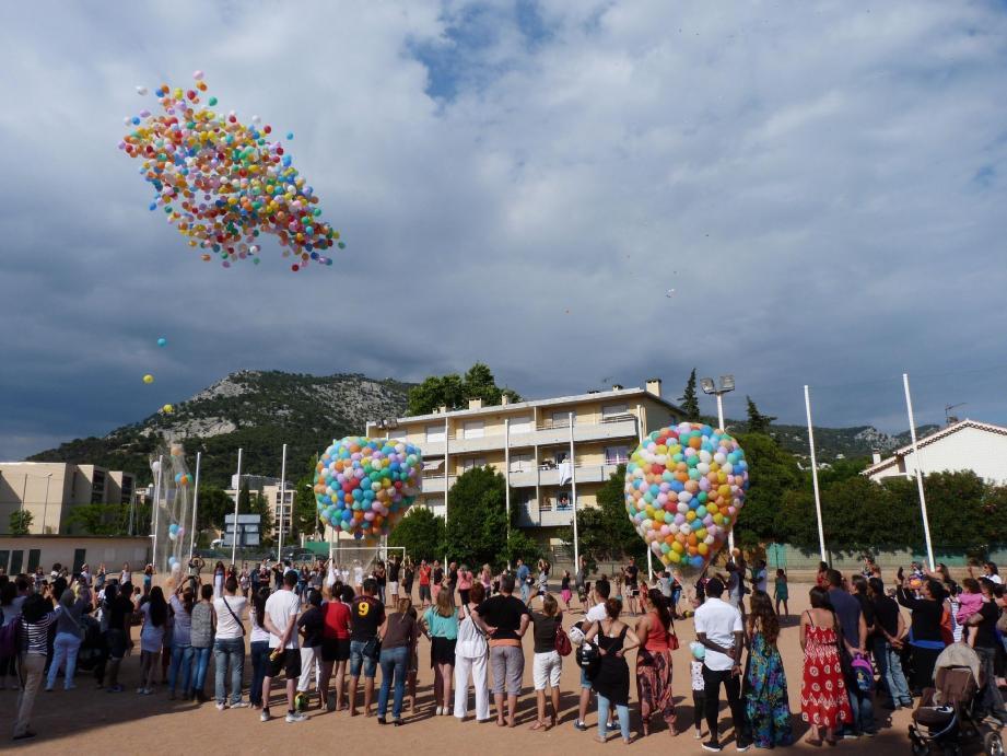 Le public a formé un cercle autour des filets de ballons, avant de les détacher les uns après les autres