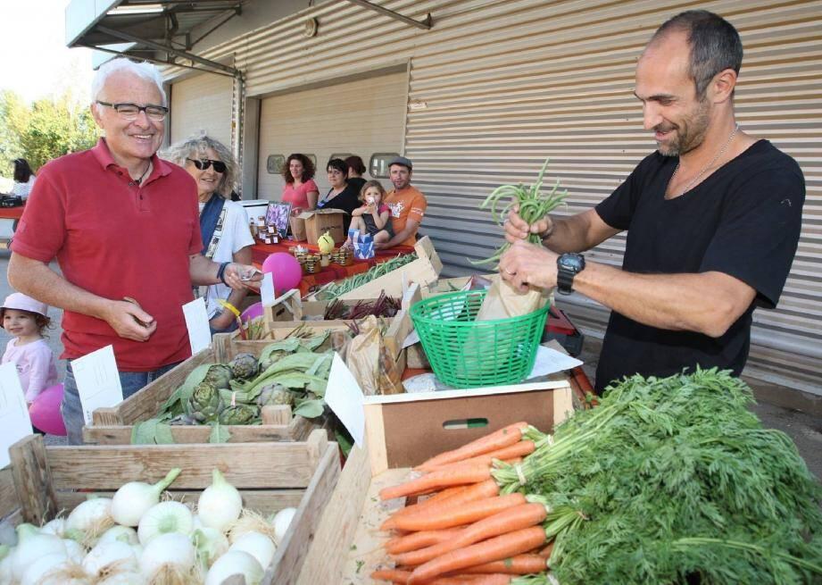 Les producteurs de la Ruche qui dit Oui hyéroise ont proposé plus qu'une simple distribution, vendredi, en organisant des dégustations et un marché paysan pour faire découvrir leurs produits.