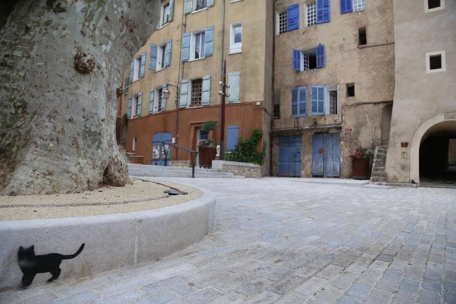 Et si demain, la présence féline dans le centre de Cotignac se résumait à des pochoirs sur les trottoirs ? « Il n'en a jamais été question » , balaie Jean-Pierre Véran, le maire.