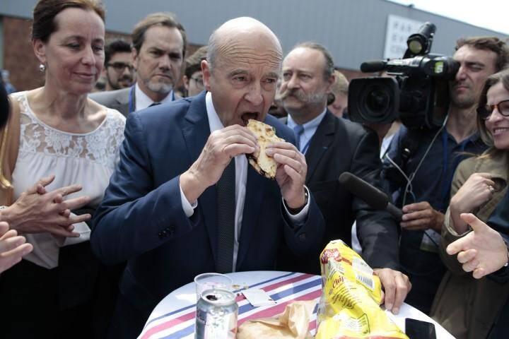 Alain Juppé a montré l'exemple, en croquant lui aussi dans un sandwich.