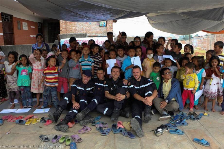 Les sapeurs sauveteurs ont été très présents auprès des enfants des écoles en périphérie de Katmandou (de nombreuses photos de l'UIISC7 seront publiées dans Var matin édition Brignoles ce vendredi 29 mai).