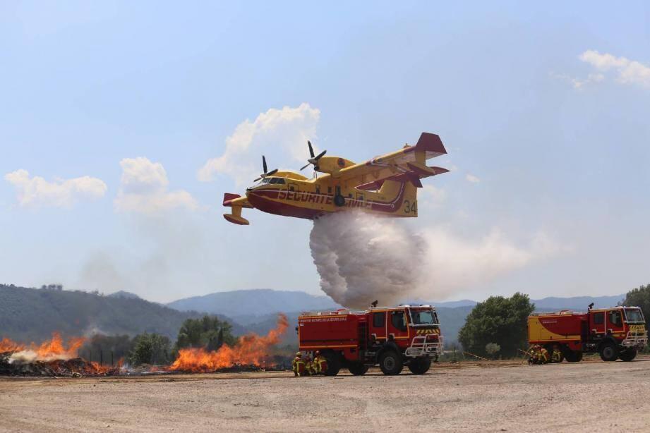 Les moyens aériens, ici un Canadair, viennent en appui des véhicules terrestres et des hommes engagés au plus près des flammes. (Photo Hélène Dos Santos)