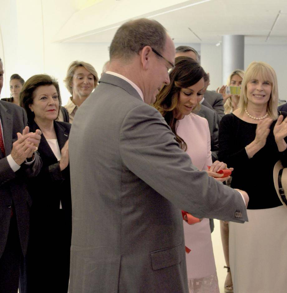 Le prince Albert II a inauguré l'exposition Grace Kelly à Bakou aux côtés de la première dame Mehriban Alieva (ici en rose).