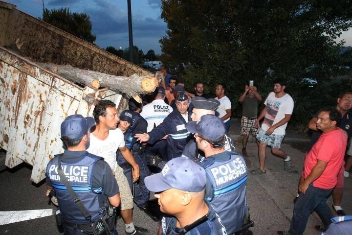 Les gens du voyage protestent contre le montage d'une grosse benne qui bloque l'entrée du terrain illégalement occupé.