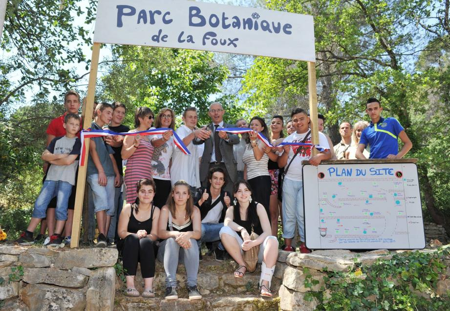 Les élèves en orientation professionnelle inaugurent « leur » jardin en compagnie de leurs éducateurs.
