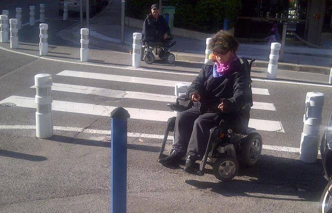Traverser le passage piéton se transforme parfois en parcours du combattant à Nice.