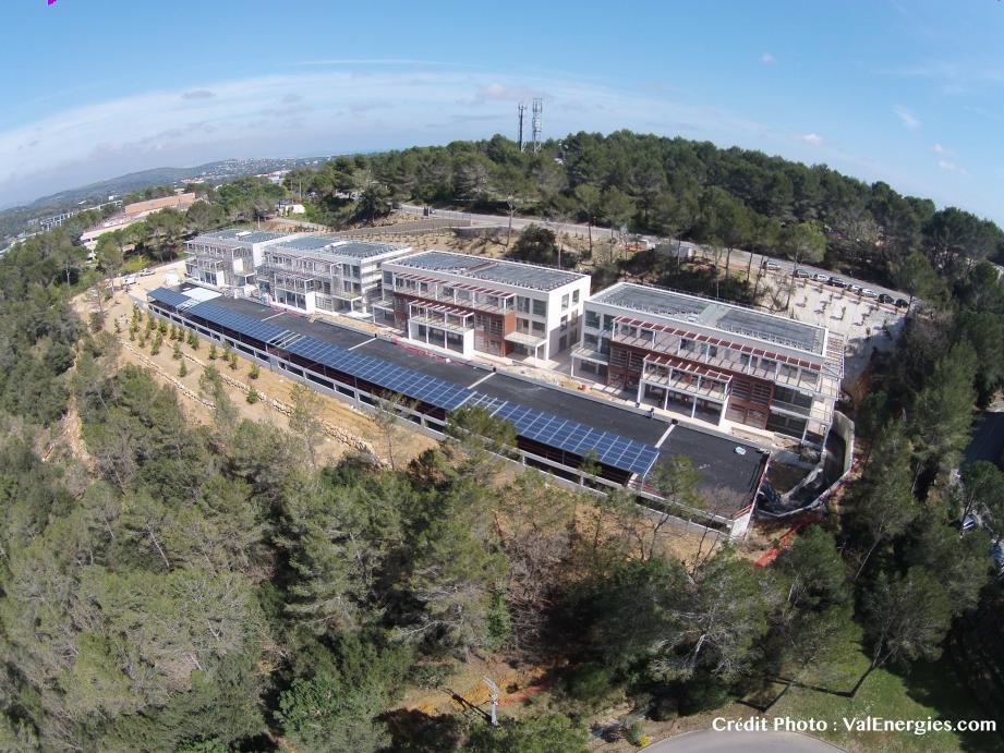 Vue aérienne des Acqueducs. L'énergie produite par les panneaux photovoltaïques sur le toit  et l'ombrière des parkings permet de récupérer 220 KW/h pour l'éclairage des parties communes et peut être stockée pour une restitution ultérieure.
