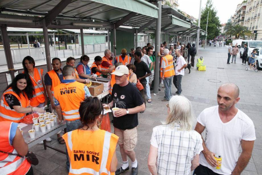 Tournée du cœur, hier soir,àla Libération avec la distribution de pan-bagnats auprès de personnes dans le besoin. (Photo Dominique Agius)
