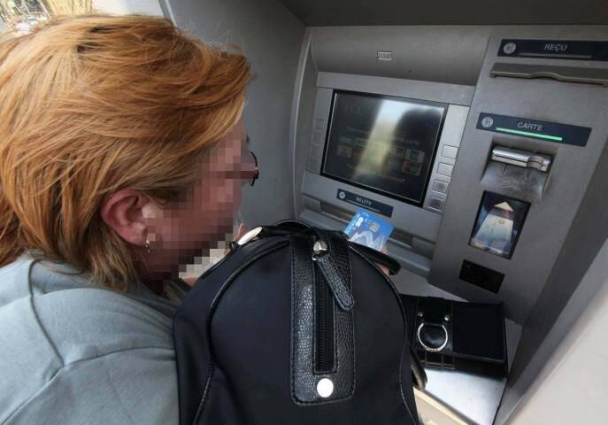 La gendarmerie du Var invite les détenteurs de carte bancaire à la prudence lors des retraits dans les distributeurs automatiques de billets.