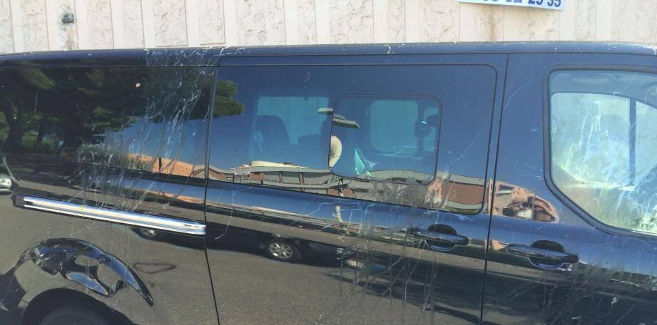 Le véhicule d'Alex après l'altercation avec les chauffeurs de taxi.