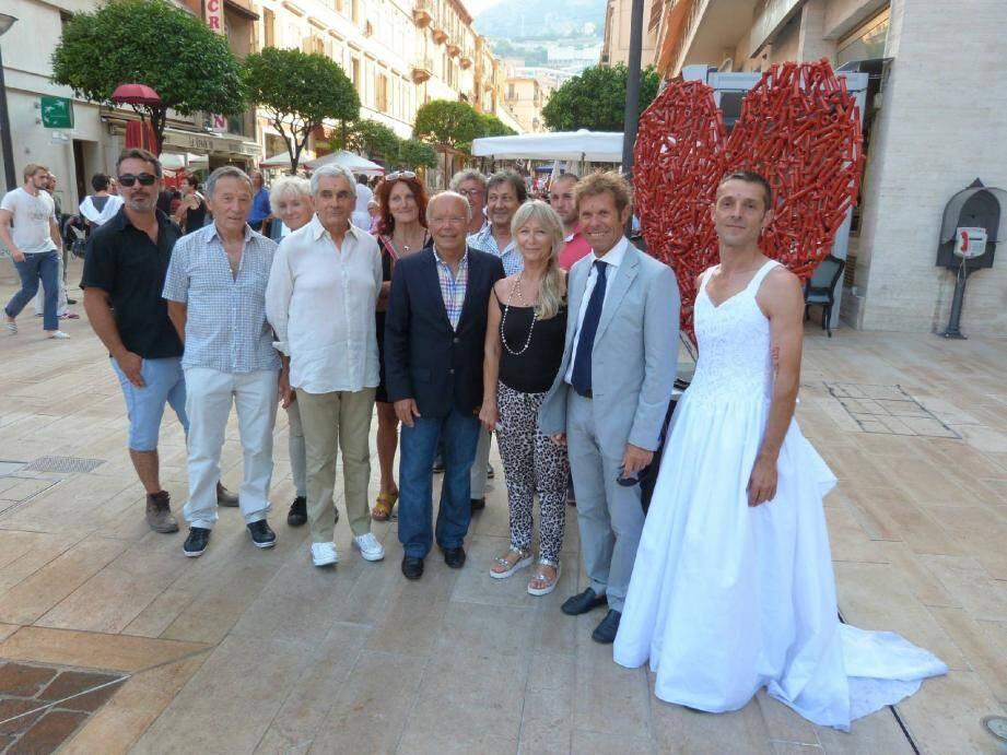 Les artistes étaient présents hier soir au vernissage en présence des conseillers communaux André Campana et Jacques Pastor qui entourent Hélène Krajewicz, présidente de l'association Artistes en mouvement.