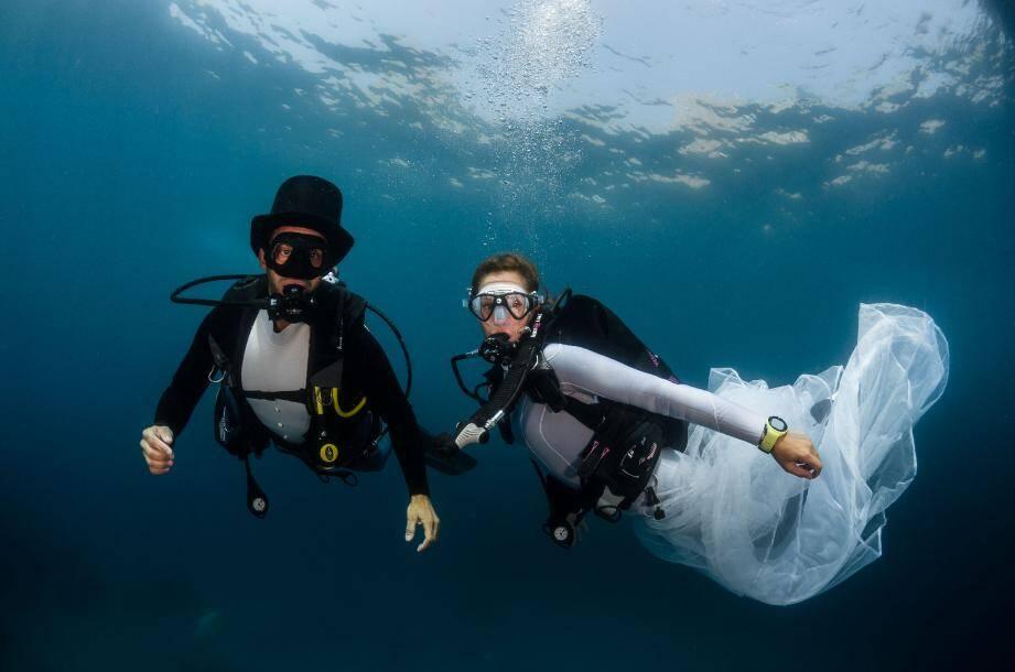 Instant irréel où les mariés se rejoignent sous l'eau. Posés sur le fond, les invités qui avaient leur niveau 1 ont pu les accompagner. Bienvenue dans le monde des sirènes.
