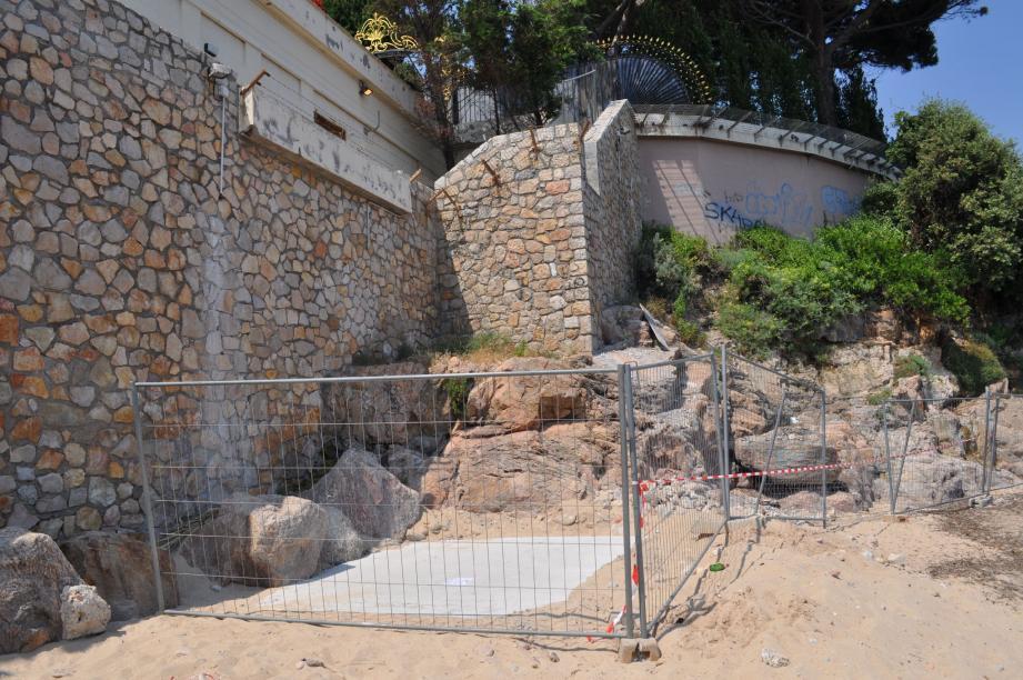 La dalle en béton se trouve sous la terrasse de la résidence du roi Fahd, où une ouverture a été aménagée. Dans quel but ? Mystère…
