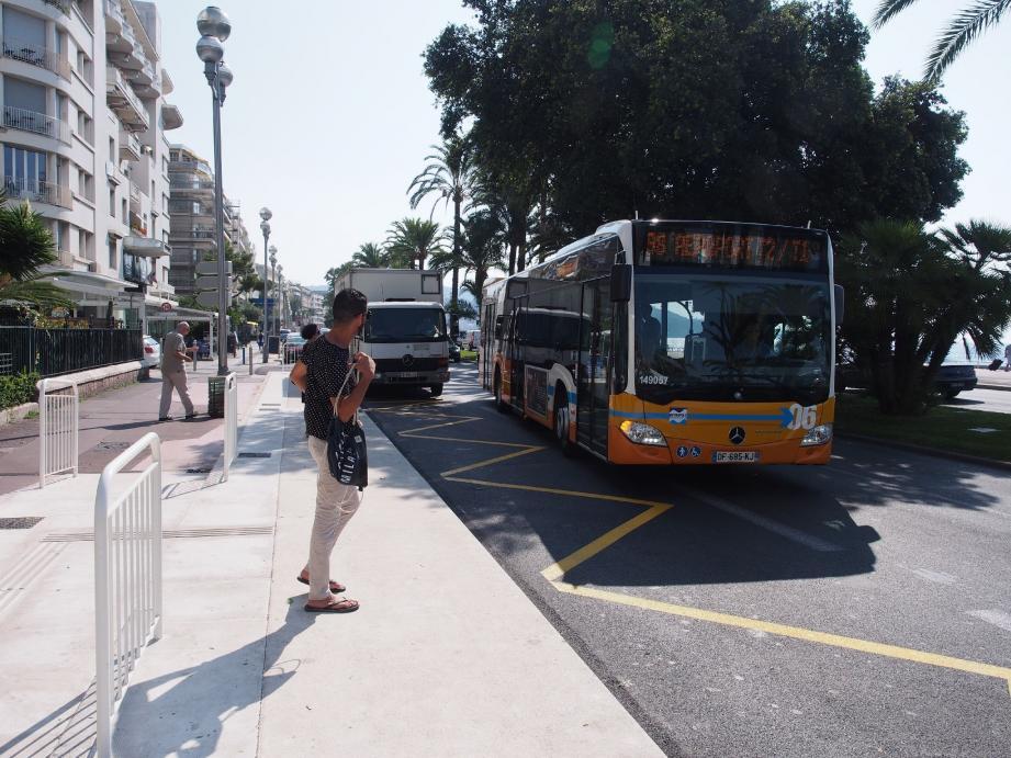 Depuis mercredi, six lignes de bus empruntent désormais le front de mer. Le stationnement anarchique porte bien nom, au vu des conséquences sur la fluidité du trafic routier sur la Prom', comme ici avec ce camion de livraison.