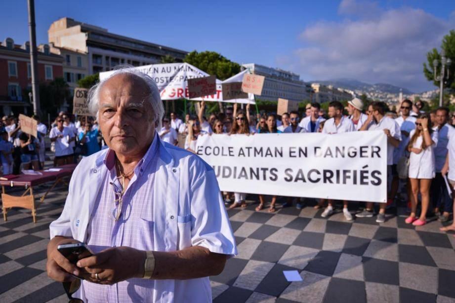 Le directeur et fondateur de l'établisssement Marc Bozzetto aux cotés des manifestants place Massena.