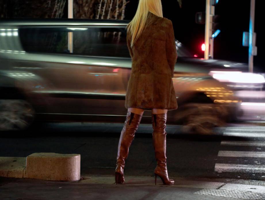 Une prostituée sur la Promenade des Anglais à Nice.