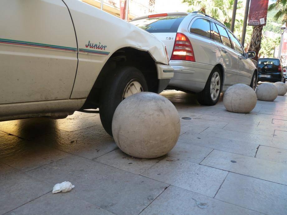 Gare aux boules qui piègent les automobilistes
