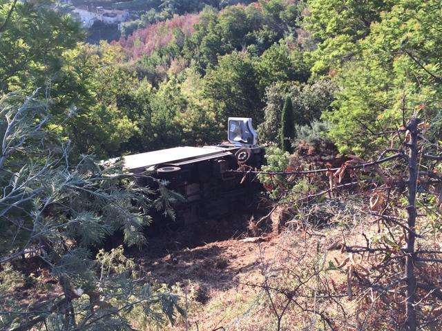 Le camion de 10,5 tonnes a quitté la route dans un virage, défoncé le grillage et glissé sur le flanc dans un jardin.
