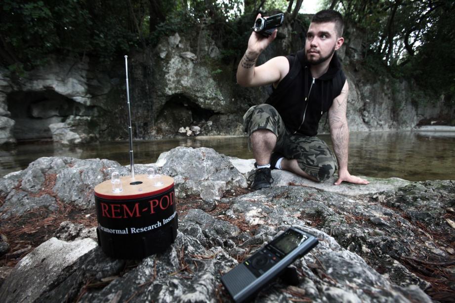 Caméra infrarouge, miniatures go pro, toujours infrarouges, un appareil photo, un caméscope, un enregistreur audio : les armes de Nicolas Vora pour débusquer les esprits.