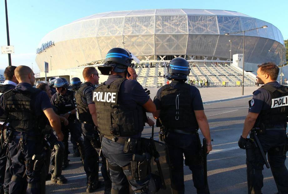 Forces de police aux abords de l'Allianz Riviera à Nice