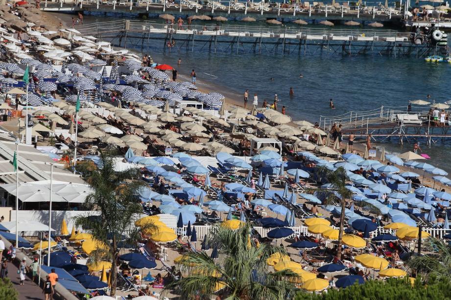 Comme partout sur les rivages azuréens depuis le début de l'été, les plages de Juan-les-Pins ne désemplissent pas. Pour le plus grand bonheur des professionnels du tourisme.