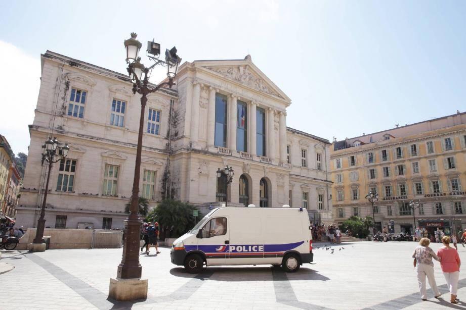La police nationale est en charge de la sécurité du Palais. Sa présence dissuade. Un temps. Après s'être cachés, les fauteurs de trouble reviennent semer la pagaille sous les fenêtres du procureur de la République. (Photo Dominique AGIUS)