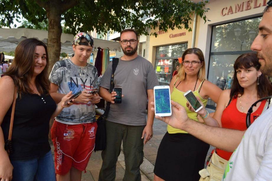 Smartphone à la main, les joueurs d'« Ingress » arpentent la ville pour dénicher et capturer des portails virtuels.
