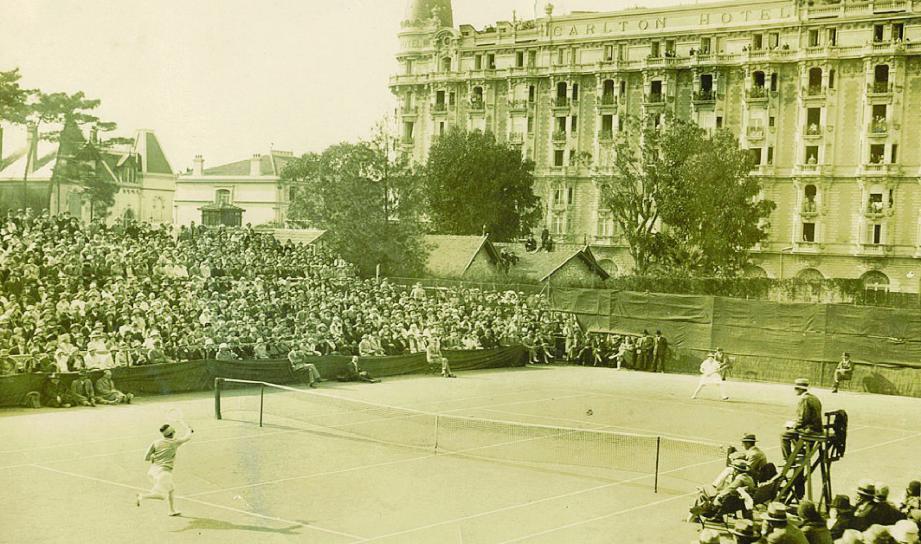 Suzanne Lenglen, en 1920, lors d'un match d'exhibition derrière le Carlton sur un court en terre battue, bien sûr.