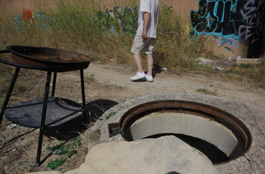 Des bouches d'égout béantes côtoient un barbecue de fortune, des détritus par centaines et des poteaux sciés affleurant le sol. Attention, danger !