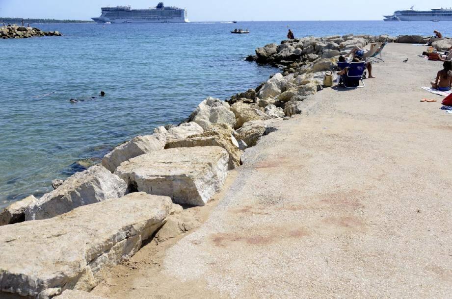 C'est sur cette digue d'une plage du boulevard Jean-Hibert à Cannes que s'est déroulée la rixe. Hier, les vacanciers avaient repris possession des lieux.