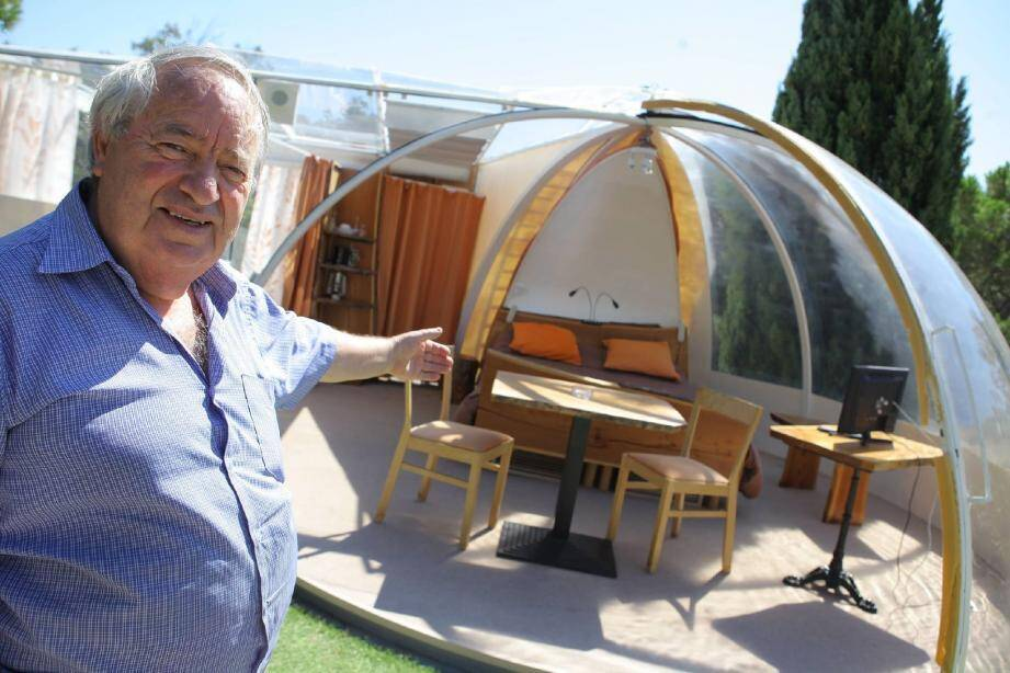 Perchée sur le toit de la villa, la bulle bénéficie d'une belle exposition, au centre d'une terrasse de 25m² sur laquelle sont aménagés tables et transats pour le plus grand confort de ses occupants.