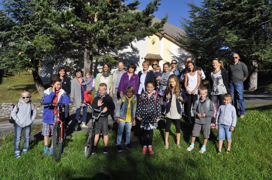 Une partie des enfants accompagnés des parents et des élus de la commune.