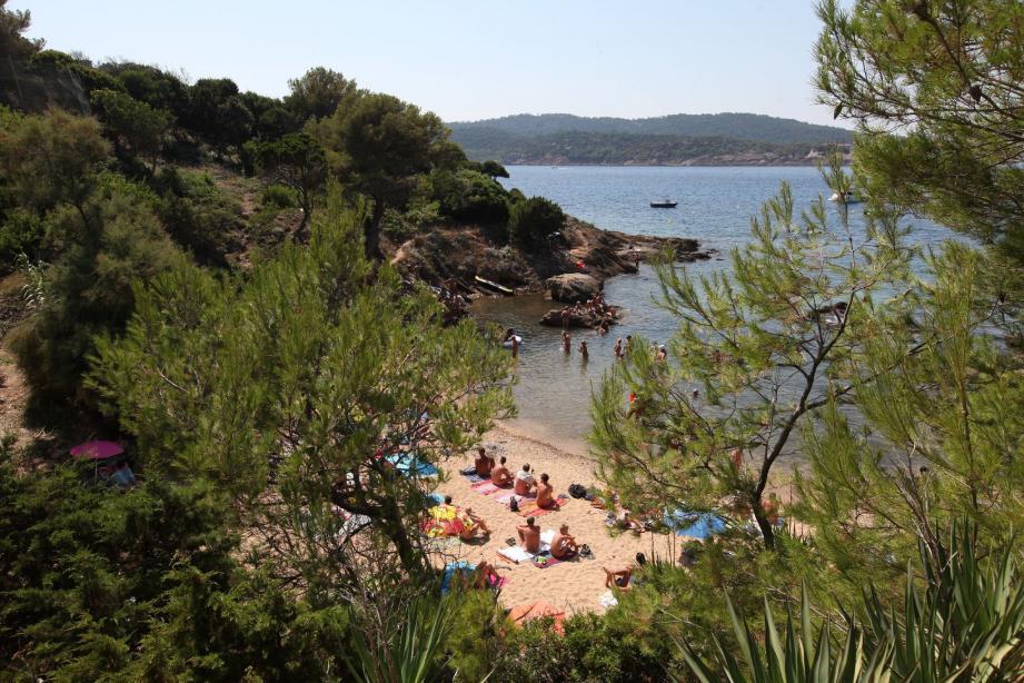 Seule plage du domaine Héliopolis, « Les Grottes » attire en saison de très nombreux naturistes, puisque la plage leur est réservée.
